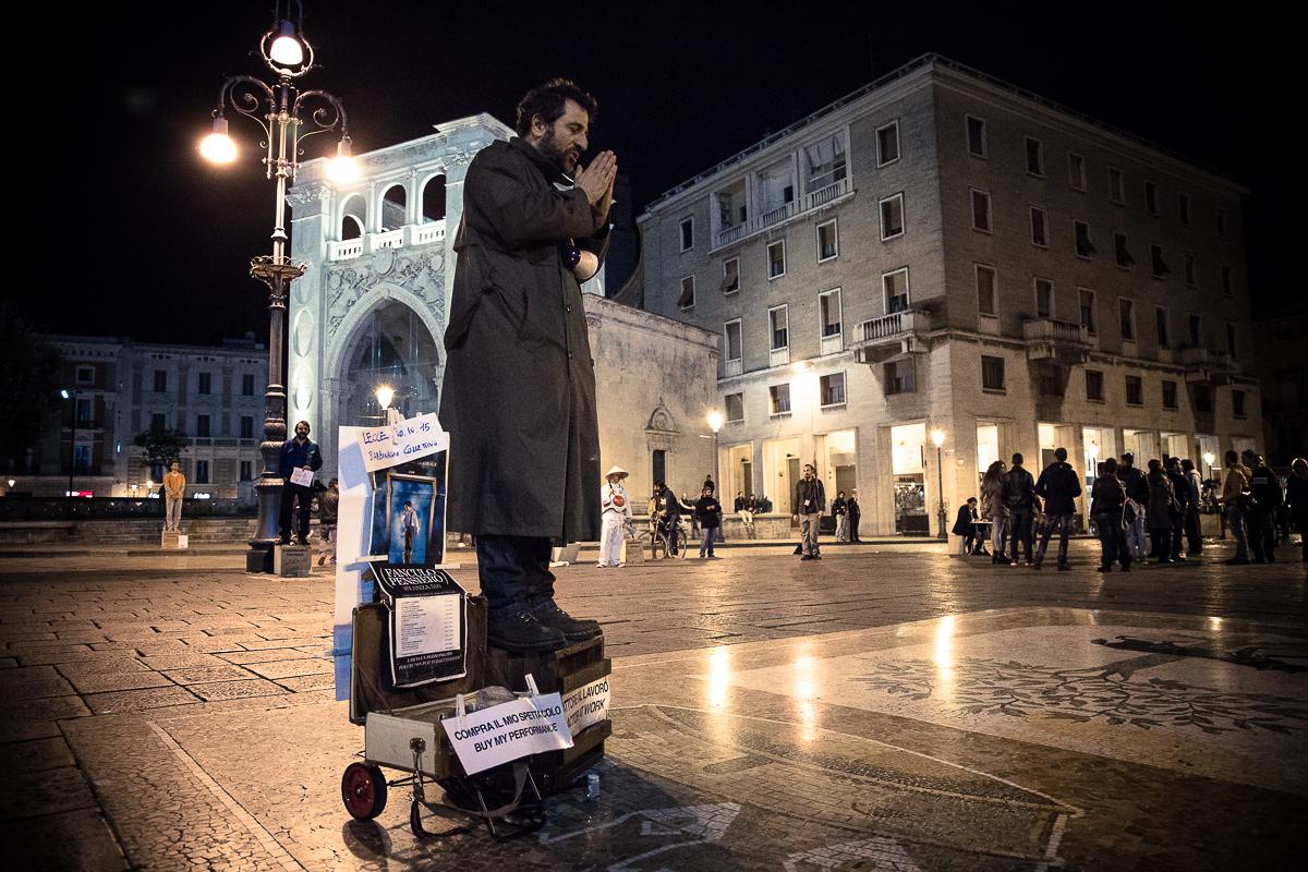 Performance di Ippolito Chiarello in Piazza Sant'Oronzo